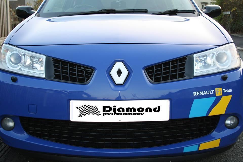Renault Megane Mk2 2000-2008 R26/225 FRONT WHITE Diamond Badge cover